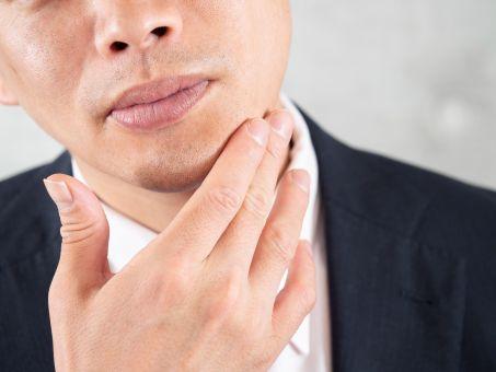 顎髭を触る男性