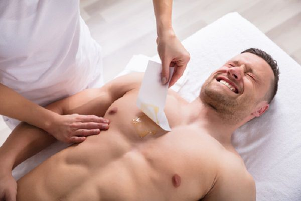 胸毛を脱毛する男性